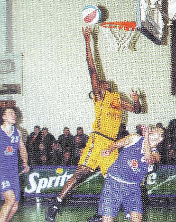"""BC Šiauliai. 2000-2001 m. H.S.Djoumbi - pirmasis juodaodis """"Šiaulių"""" komandoje."""