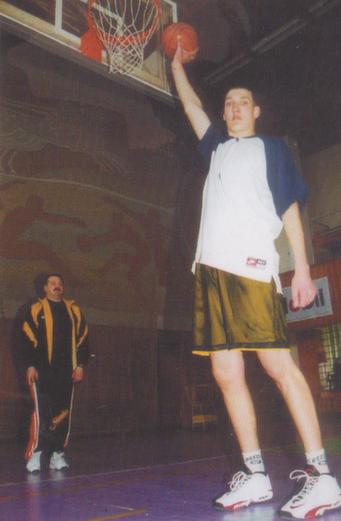 BC Šiauliai. 1998-1999 m. iš 221 cm. ūgio milžino D.Novochatskio buvo bandoma padaryti krepšininką.