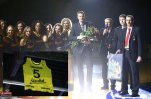 BC Šiauliai. 2012-2013 m. M.Žukausko pagerbimas ir marškinėlių iškėlimas į arenos palubes.
