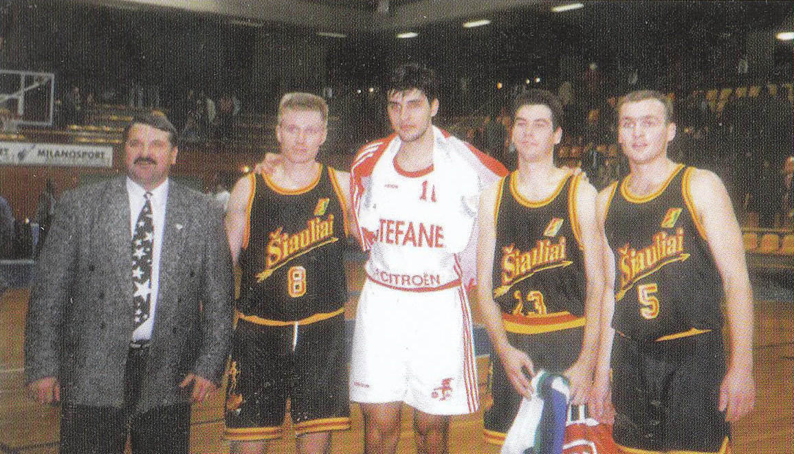 """BC Šiauliai. 1995-1996 m. po rungtynių su Milano """"Stefanel"""" (D.Bodiroga ir kiti)."""