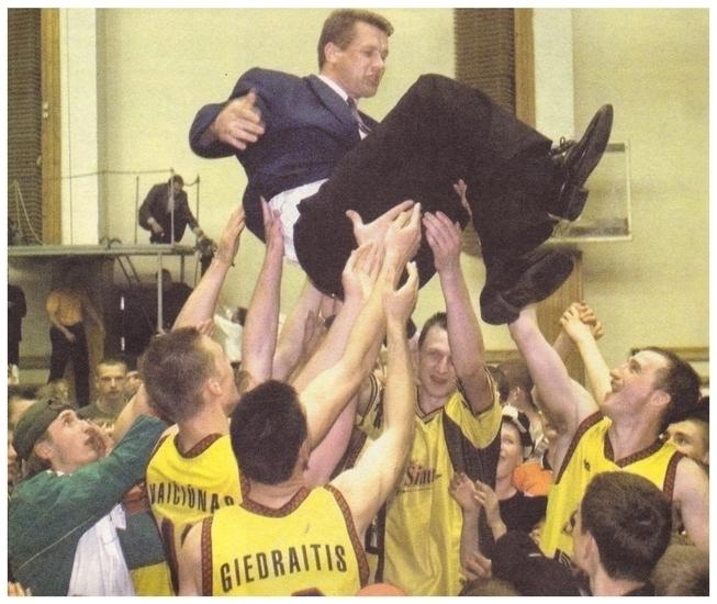 BC Šiauliai. 1999-2000 m. vyr.trenerio A.Sireikos pamėtymas į orą po pirmosios laimėtos LKL bronzos.