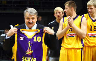 """BC Šiauliai. 2010-2011 m. komandos """"šefas"""" A.Klimavičius su išskirtiniais geltonai-violetiniai marškinėliais"""