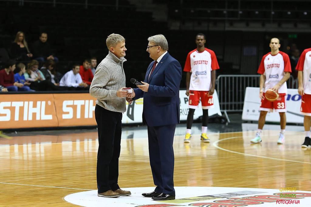 BC Šiauliai. 2015-2016 m. Ilgamečiam fizinio parengimo treneriui S.Norkui padėkota už darbą klube.