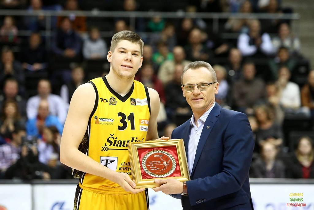 BC Šiauliai. 2015-2016 m. Roko Giedraičio rankose eilinis apdovanojimas (šį kartą - LKL balandžio mėn. MVP).