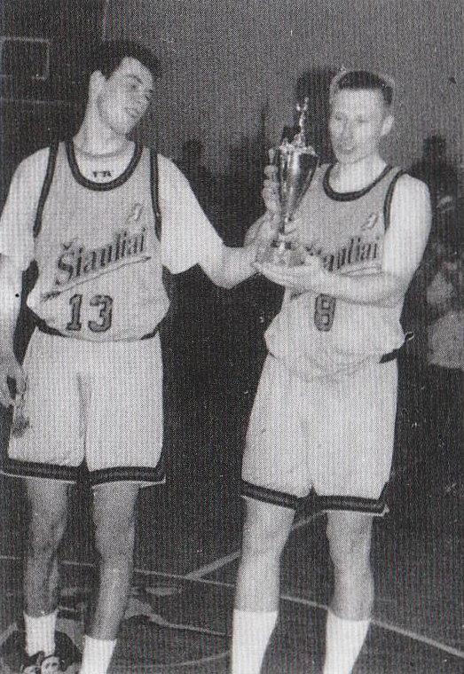"""BC Šiauliai. 1995-1996 m. pirmasis trofėjus - """"Lietuvos sporto"""" taurės laimėtojai R.Giedraitis ir G.Pečiulionis."""